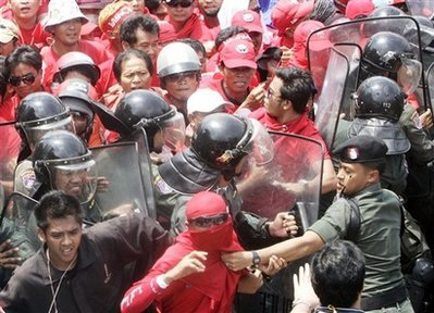 """""""Áo đỏ sẽ biểu tình trở lại sau khi tình trạng khẩn cấp được dỡ bỏ""""  - 1"""