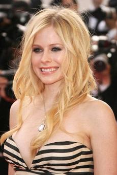 Avril Lavigne trở nên nữ tính hơn bao giờ hết! - 1