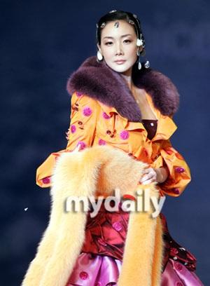 """""""Người đẹp khóc"""" toả sáng trong show diễn của Andre Kim - 24"""