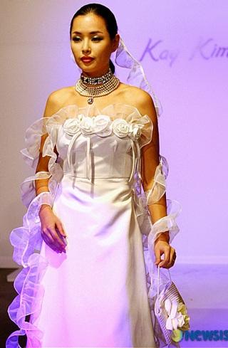 Ngắm hoa hậu Honey Lee trên sàn catwalk - 1