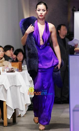 Ngắm hoa hậu Honey Lee trên sàn catwalk - 3