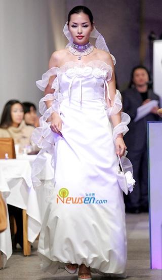 Ngắm hoa hậu Honey Lee trên sàn catwalk - 2