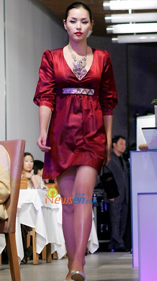 Ngắm hoa hậu Honey Lee trên sàn catwalk - 6