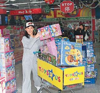 Trương Bá Chi sắm đồ chơi cho con trai và… chồng - 1