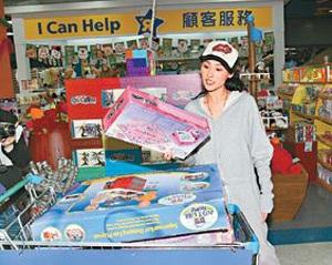 Trương Bá Chi sắm đồ chơi cho con trai và… chồng - 2