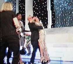 Hoa hậu hoàn vũ 2006 ngất xỉu sau lễ đăng quang - 1