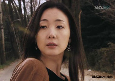 Choi Ji Woo diện váy cưới trong phim mới - 17