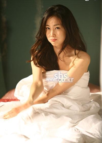 Choi Ji Woo diện váy cưới trong phim mới - 6