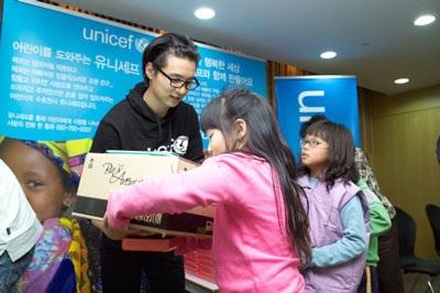 Won Bin đón Giáng Sinh bằng hoạt động từ thiện - 4