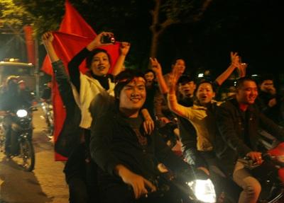 Chùm ảnh: Hà Nội ăn mừng đội tuyển vào chung kết AFF Cup - 4