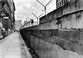Bức tường Berlin đã... có vợ - 1