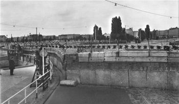 Bức tường Berlin đã... có vợ - 2