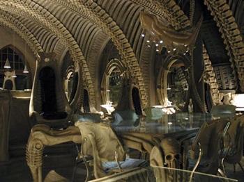 Chùm ảnh: Thăm quán bar trong bộ xương quái vật - 1