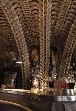 Chùm ảnh: Thăm quán bar trong bộ xương quái vật - 7