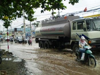 TPHCM: Sau nước ngập là đường hỏng - 4