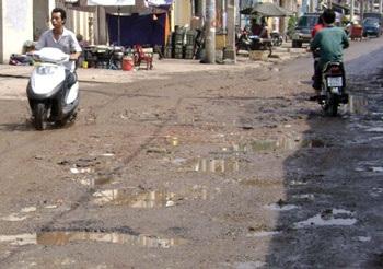TPHCM: Sau nước ngập là đường hỏng - 6