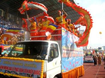 Trang trọng Đại lễ Phật đản tại TPHCM - 3