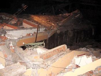 Sập nhà 4 tầng, hàng chục người thoát chết  - 1