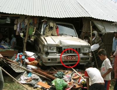 Xe cứu thương đâm sập nhà dân làm 5 người bị thương - 1