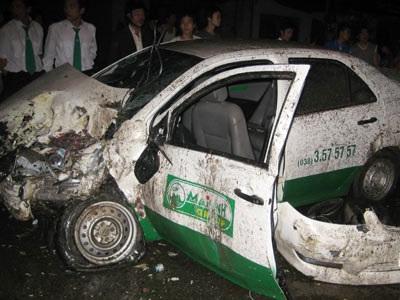 Xe container lao qua giải phân cách, đâm nát taxi Mai Linh - 1