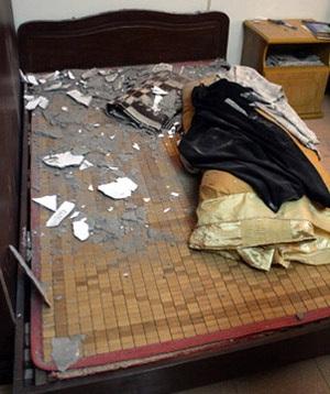 Vữa trần chung cư rơi trúng giường cụ bà 85 tuổi - 1