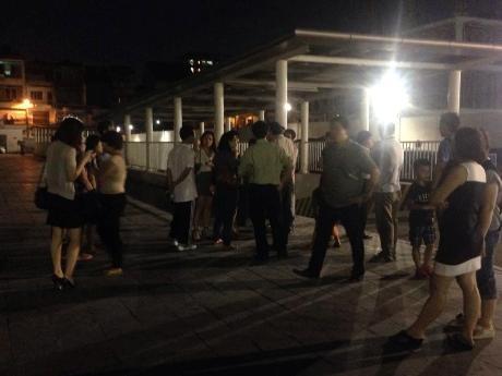 Người dân bị chặn xe đứng tập trung dưới sân của chung cư.