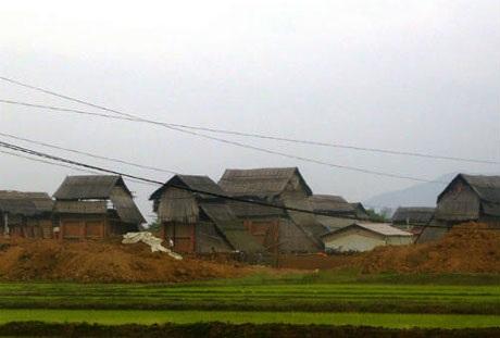 Người dân làng Vùng Vừa đã phát hiện ra thứ đất đen phù hợp để làm gạch, ngói