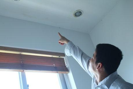 Ngay bên ngoài phòng ngủ của anh Thanh là hệ thống đường ống dẫn nước của tòa chung cư Mipec.