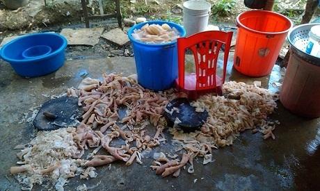 Hình ảnh sản xuất nem chua bẩn được du khách ghi lại