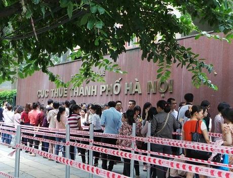 Dòng người xếp hàng chật cứng trước Cục thuế Hà Nội