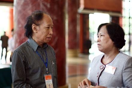 Bộ trưởng LĐ-TB&XH trao đổi với Tổng biên tập Dân trí trong giờ nghỉ (ảnh: Việt Hưng).