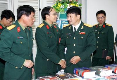 Các tác giả áo lính trong buổi gặp gỡ, giao lưu, giới thiệu sách.