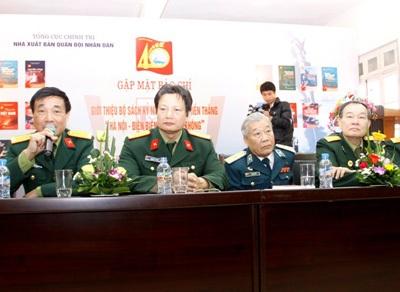 Anh hùng LLVT, đại tá Nguyễn Đình Kiên cùng đồng đội giao lưu với độc giả.