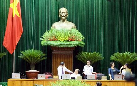 Các vị lãnh đạo Quốc hội tiếp tục trao đổi công việc tại bàn chủ tọa vào giờ nghỉ (ảnh: Việt Hưng).