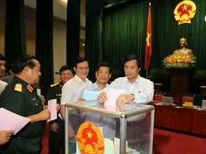 Các đại biểu bỏ phiếu đánh giá tín nhiệm 47 chức danh cấp cao tại Quốc hội.