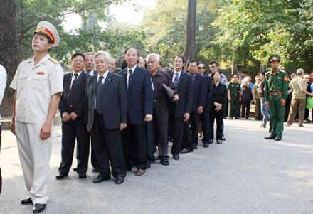 Đoàn đại biểu TƯ Hội Khuyến học Việt Nam chuẩn bị vào viếng Đại tướng