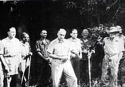 Đờ Cátxtơri và các tướng lĩnh bị bắt sống, áp giải đi khi thua trận ở Điện Biên Phủ.