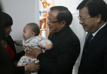 Bí thư Phạm Quang Nghị và Bộ trưởng Trịnh Đình Dũng thăm, tặng quà gia đình anh Đinh Văn Trung.