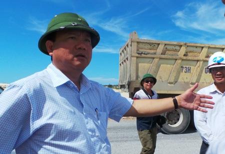 Bộ trưởng Đinh La Thăng trong tuyến thị sát dự án mở rộng Quốc lộ 1A đoạn Hà Tĩnh - Huế.