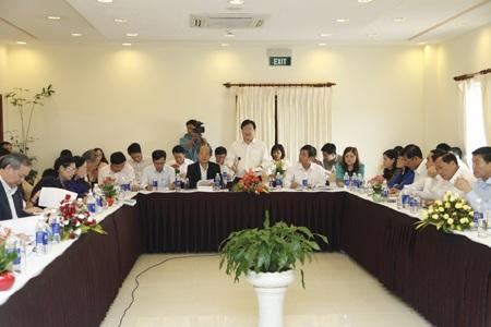 Bộ trưởng Xây dựng Trịnh Đình Dũng tại phiên họp thẩm tra luật Nhà ở tại UB Pháp luật.