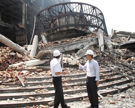 Ông Lê Quang Hùng (phải) trong lần kiểm tra Trung tâm thương mại bị cháy ở Hải Dương.