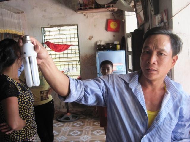 Một chiếc bóng điện bị cháy đen tại gia đình ông Trần Văn Tuấn.