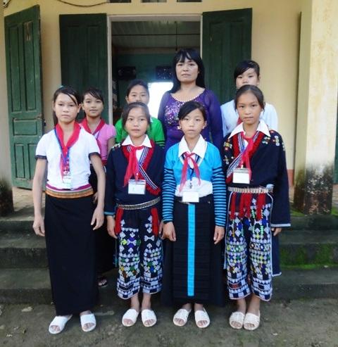 Cô giáo Thủy cùng các học trò của mình