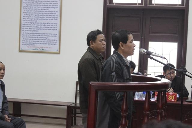 Bị cáo Thảo (trái), bị cáo Hiếu thành khẩn khai báo trước HĐXX
