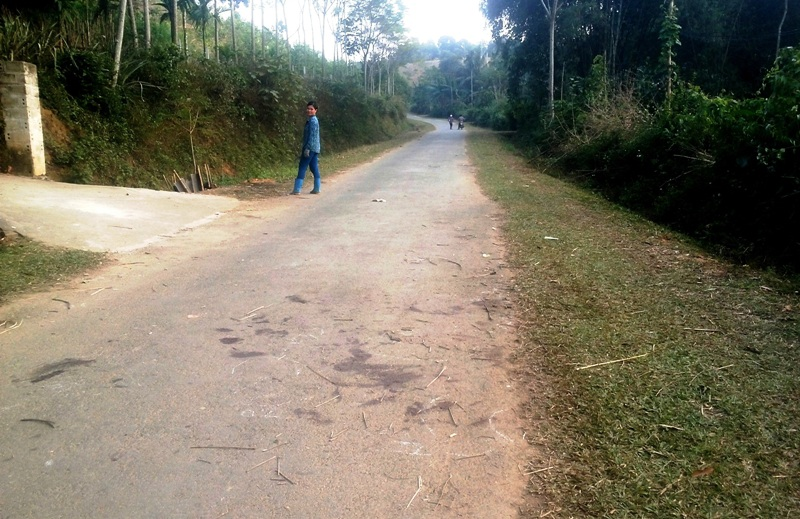 Những vết máu tại hiện trường 4 tên cẩu tặc bị đánh ở thôn Bằng Phú