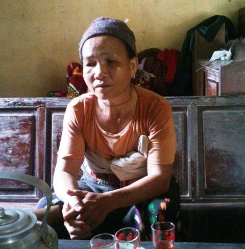 Bà Lò Thị Bình thôn Tân Hùng buồn rầu kể về những ngày ở khu TĐC