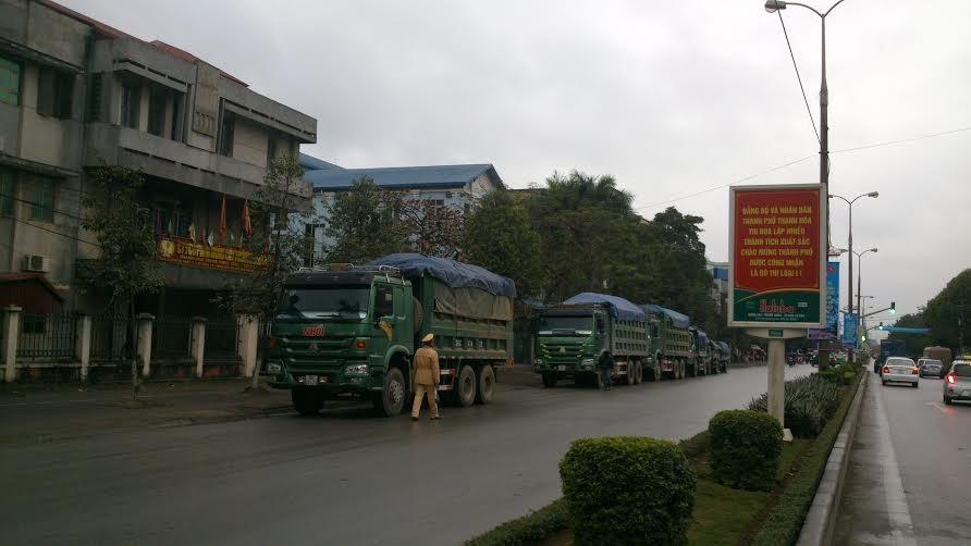 Một đoàn xe tải được lực lượng CSGT Thành phố dừng cùng lúc