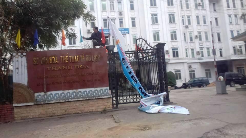 Sau buổi làm việc với PV, băng rôn trước cổng Sở VH-TT&DL đã được gỡ bỏ