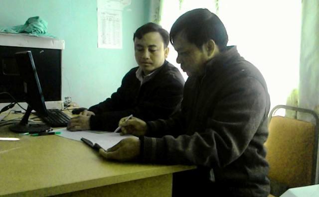 Thiếu tá Phạm Văn Tôn (bên phải), người dày công xóa bản trắng Đảng viên cho đồng bào H'Mông