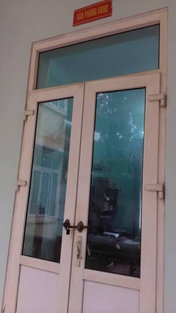 Tất cả các phòng từ tầng 1 lên tầng 2 của trụ sở UBND xã Ngư Lộc đều không một bóng người.